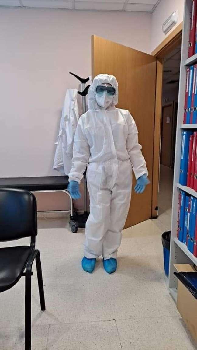 Em meio à pandemia, Rosa com traje de proteção sanitária