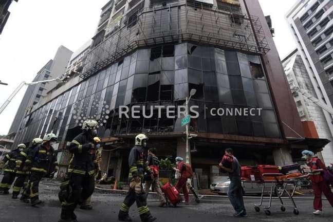 Edifício residencial danificado após incêndio em Kaohsiung, Taiwan 14/10/2021 Woo Swee Kay/Handout via REUTERS