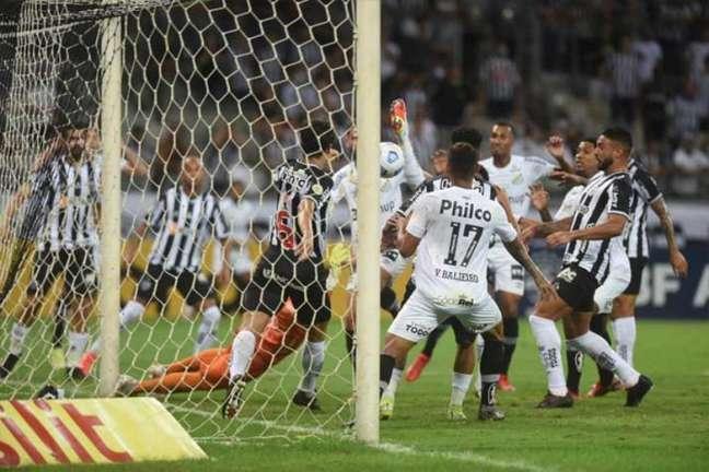Santos sofreu dois gols originados em bolas paradas na partida contra o Atlético-MG (Foto: Divulgação / Santos)