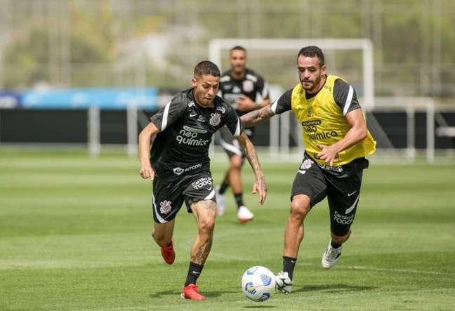 Renato Augusto marca Gabriel Pereira em treino; medalhão incentiva o garoto (Foto: Rodrigo Coca/Ag.Corinthians)