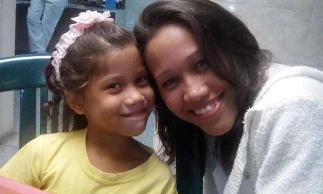 Junto com a filha, Giselle, que ficou na Venezuela com a avó e uma tia