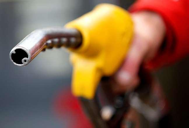 Carro sendo abastecido em posto de combustíveis REUTERS/Max Rossi