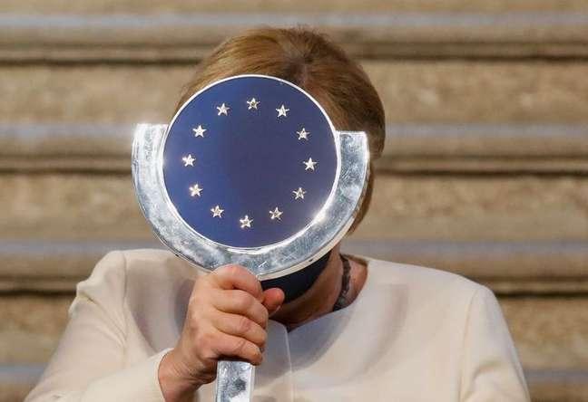 Merkel, com prêmio recebido na Espanha14/10/2021 REUTERS/Susana Vera