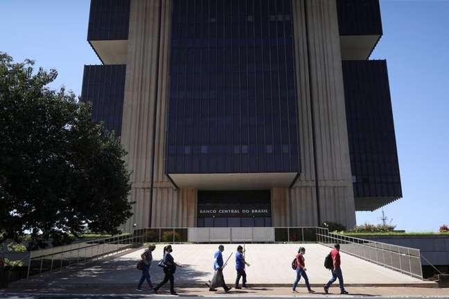 Pessoas passam em frente à sede do Banco Central em Brasília 25/08/2021 REUTERS/Amanda Perobelli