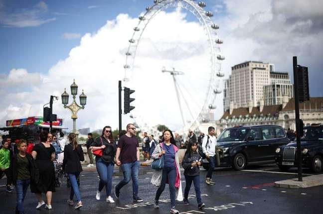 Pessoas caminhando sobre a Westminster Bridge em Londres, Reino Unido 07/08/2021 REUTERS/Henry Nicholls