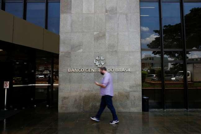 Pessoa passa em frente ao edifício sede do Banco Central em Brasília04/10/2021REUTERS/Adriano Machado