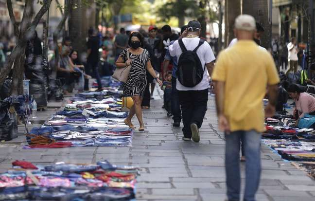 Pedestres caminham entre vendedores ambulantes no centro do Rio de Janeiro01/09/2020REUTERS/Ricardo Moraes