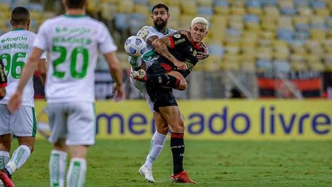 Pedro em disputa de bola na vitória sobre o Juventude (Foto: Marcelo Cortes / Flamengo)
