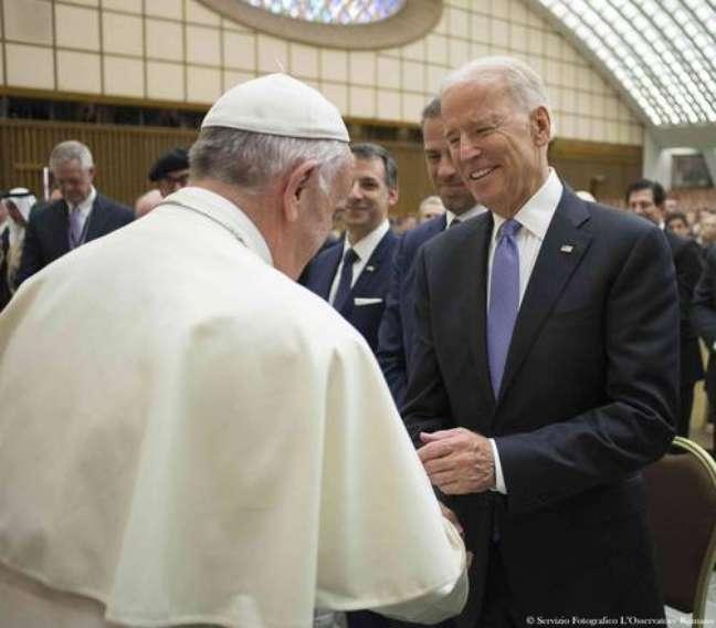 Papa Francisco cumprimenta Joe Biden em encontro em 2016, quando o democrata era vice-presidente dos EUA