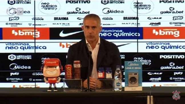 Sylvinho afirmou que jogadores ainda estão se readaptando ao futebol brasileiro (Foto: Reprodução/Corinthians TV)