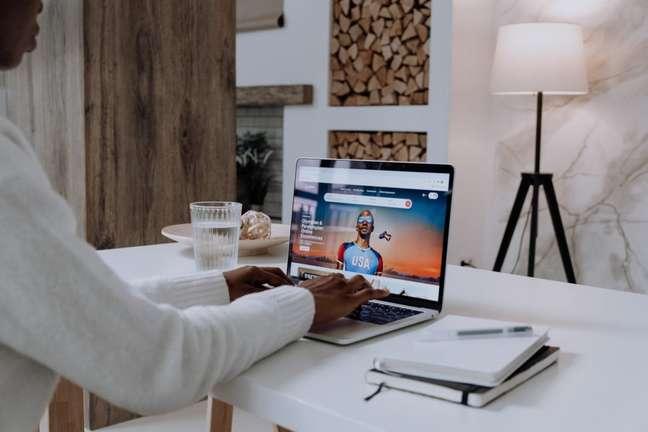 Pessoa usando o site do Airbnb