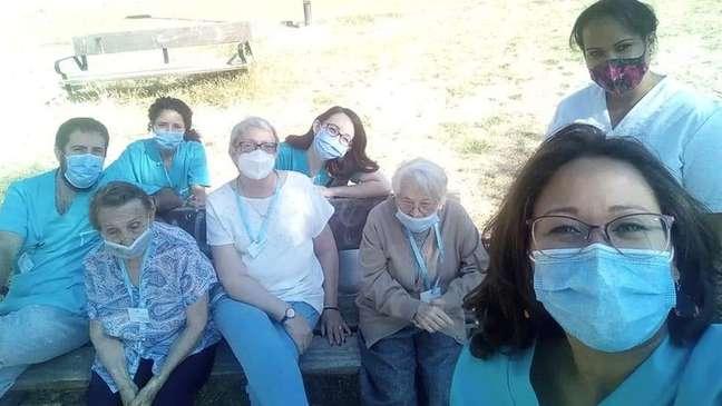 Rosa com um grupo de colegas que trabalha com ela em asilo e com alguns idosos