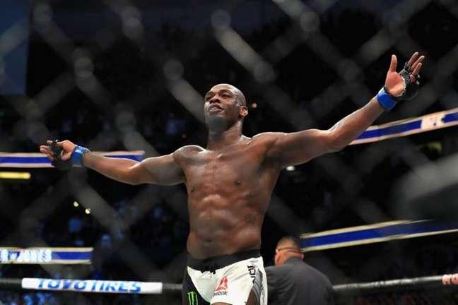 Jon Jones é acusado de agredir a noivaJessie Moses (FOTO: Divulgação/UFC)