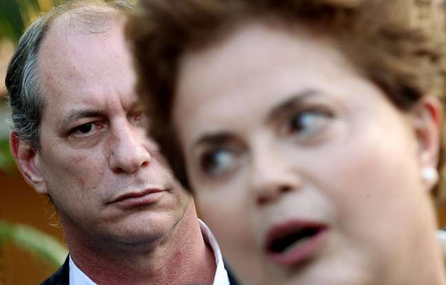 Dilma Rousseff e (ao fundo) o então deputado federal Ciro Gomes