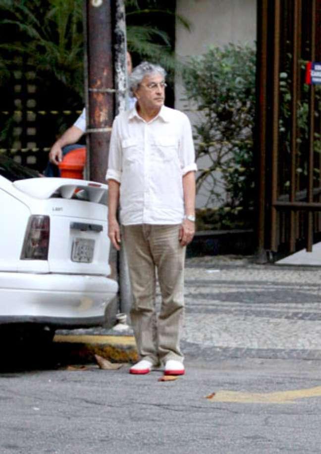 Caetano Veloso se prepara para atravessar uma rua do Leblon