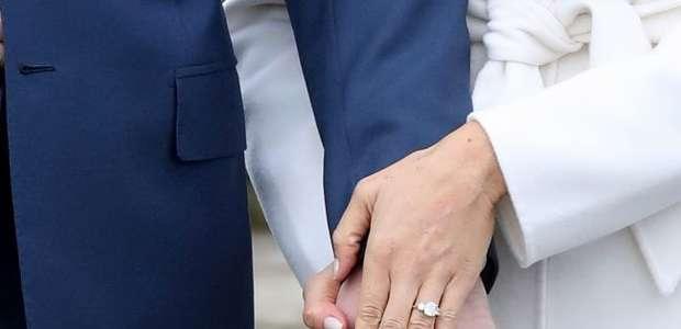 Príncipe Harry e noiva, Meghan Markle, mostram aliança