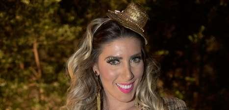 Bad look: Tati Minerato exagera com decote em Festa Junina