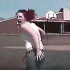 Un policía atropella brutalmente a una fugitiva armada ...