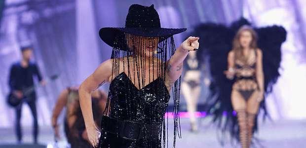 ¿Gaga opacó a Ángeles de Victoria's Secret con sombrero ...