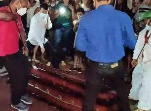 Multidão se revolta com enterro de pastor após promessa