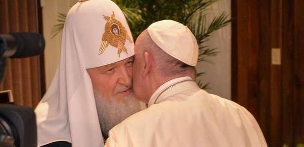 Papa abraça patriarca ortodoxo em encontro histórico em Cuba