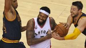 Em jogo decidido no fim, Raptors batem Cavs e empatam série
