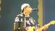 Durval Lelys agita foliões com hits do Asa de Águia