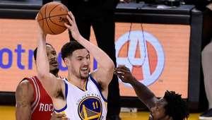 Sem Curry, Thompson brilha e leva Warriors às semifinais