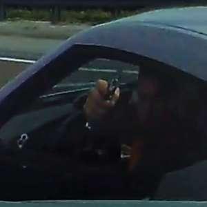 Motorista a 150 km/h atira em carro na estrada e posta vídeo