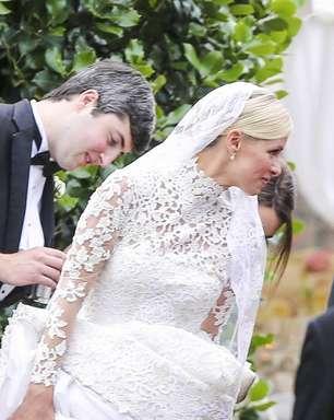 Irmã de Paris Hilton mostra demais com vestido de noiva