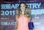 La actriz incluyo en su vestuario unas sandalias que ya usó en la conferencia de prensa en Shangai y un sobre de color azul que contrastaba con su vestido coral