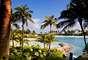 Las Bahamas están compuestas por más de 700 islas e islotes, muchos de ellos privados. Miles de cruceros de todo el mundo tienen como destino las Bahamas. Los resorts son otro atractivo de este lugar.