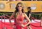 Vimos a Giuliana Rancic mejor que nunca con este vestido de Basil Soda. La original creación tiene las formas ideales para acentuar las curvas. Ella supo ponerle el accesorio perfecto con la gargantilla que hacia pareja con el cinturón. Las ondas de su pelo demostraron que su look estaba muy bien pensado para brillar.
