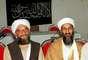 Osama bin Laden es acompañado por su segundo en el grupo terrorista Al Qaeda Ayman al-Zawahri, en una foto de 1998.