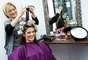 Divirta-se com seu cabelo: evite o cabelo solto e use chapinhas, babyliss e difusor para fazer tranças ou rabos de cavalo até que o cabelo cresça. Para se inspirar, aproveite as tendências de moda de beleza ou opte pelos clássicos