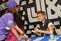 Justin Bieber regaló sus mejores sonrisas a cientos de fanáticas que asistieron a una firma de autógrafos, realizada en el J&R Music and Computer World de Nueva York.