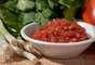Molho caseiro: é super fácil e tem muito mais vitaminas do que os industrializados. Use tomate picado, cebola, coentro, abacate, aipo, pimentões amarelos e laranja para dar um sabor extra. Tempere com pimenta preta e uma pitada de sal