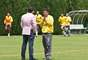 El presidente de Santa Fe, César Pastrana, conversa durante la práctica con el goleador boliviano Diego Cabrera.