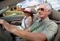 """Vida ativa: Peggy Hovell, com cem anos, é positiva a ponto de não sentir qualquer medo. Seu plano de saltar de paraquedas, já nonagenária, como parte de um evento beneficente, foi abandonado em virtude de conselhos médicos. """"Eles disseram que se eu saltasse minha retina iria provavelmente se romper e eu ficaria cega"""". Um teste de motorista feito quando ela completou 96 anos provou que os reflexos de Peggy Hovell estavam tão aguçados quanto os de um motorista 40 anos mais jovem"""