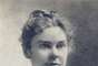 Andrew y Abby Borden: En la mañana del 4 de agosto de 1892, Andrew Borden y su mujer fueron asesinados con un objeto afilado (probablemente un hacha) en su casa. Las únicas personas presentes en la residencia familiar en aquel momento eran Lizzie y la criada, Bridgette Sullivan, que llevaba trabajando para la familia más de dos años. Emma Borden se encontraba entonces de visita en casa de unos amigos. Se descubrió también, que la hija de ellos había comprado un tipo de ácido venenoso y un hacha, que se creía era el arma homicida, fue encontrada en el sótano. Testigos dicen haberla visto sacando algo de la casa y ella fue enjuiciada por ambos homicidios, pero el jurado la exoneró debido a la evidencia circunstancial. En la imagen, Lizzie Borden.