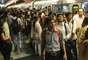 El transporte público ha sido el sector más afectado por los apagones. En la imagen, una estación de Nueva Delhi el 28 de julio, con el tráfico de gente habitual de la ciudad.