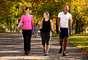 Faça caminhada: reservar um tempo para caminhada diária é suficiente para diminuir a probabilidade de desenvolver diabetes em pessoas com alto risco e que não fazem exercício regularmente, de acordo com cientistas da Universidade de Washington e da Universidade de Pittsburgh, ambas dos Estados Unidos. A equipe analisou 1.826 voluntários e constatou que os que andaram mais apresentaram chance 29% menor de ter a doença.E não pense que é necessário andar muito, já que apenas 12% dos que investiam em cerca de 3,5 mil passos por dia (são cerca de 2 mil passos em 1,6 km) se tornaram diabéticos, em comparação com 17% dos que caminhavam menos