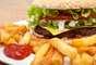 Alimentos gordurosos: simplificando, alimentos fritos e gordurosos são mais difíceis de serem digeridos. Seus órgãos internos puxam o sangue para fora de suas extremidades para facilitar a digestão, o que pode levar de seis a oito horas. Com sua energia voltada para a digestão, você vai se sentir com menos energia