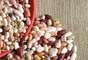 Sem dúvida, o feijão é uma das leguminosas mais consumidas no Brasil. O ingrediente-símbolo da culinária nacional forma, ao lado do arroz, a base da alimentação de quase todos os brasileiros. O sabor e a aparência podem variar bastante, de acordo com a espécie branco, rosinha, fradinho, rajado, preto.O feijão é consumido de norte a sul. Cada região do país tem seu prato típico. Conheça agora 11 tipos de feijão e saiba como aplicá-los na gastronomia