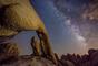 Espectacular imagen de la Vía Láctea registrada por Bill Tang desde el Parque Nacional Joshue Tree en California (EE.UU).