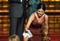 """Cuando Julia Louis-Dreyfus ganó como Mejor Actriz en una Serie de Comedia por Veep, Amy Poehler se acercó al escenario para darle un misterioso papelito... ¿qué decía éste? """"Qué pena que Amy Poehler no ganó el Emmy este año""""."""