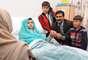 A 17 días de estar hospitalizada por el ataque sufrido a manos del Talibán, la niña paquistaní, Malala Yousafzai, recibió finalmente a sus familiares en su habitación del Queen Elizabeth Hospital de Birmingham, en Inglaterra.