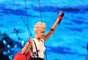 La cantante, despegada del suelo, no dudó en realizar enérgicos y sugerentes movimientos para encender las pasiones de los presentes, en el Staples Center de Los Ángeles.