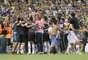 O Criciúma ficou no 0 a 0 com o Atlético-PR e comemorou o empate como se fosse uma goleada. Afinal, o time catarinense está de volta à primeira divisão do Campeonato Brasileiro após oito anos