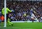 PALOMITA. Shane Long remata de cabeza para vencer a Petr Cech en el primer gol del partido en el que West Bromwich derrotó 2-1 al Chelsea.